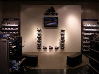 adidas logo na prodejně