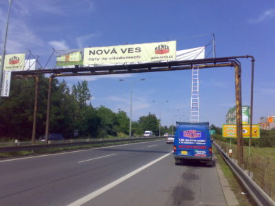 banner nad silnicí